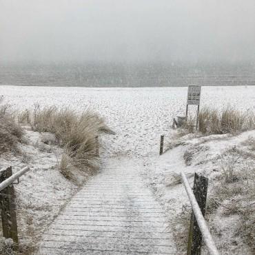 Ostergrüsse aus Binz. Heute mit Schnee am Strand #rügen #schnee