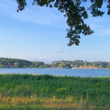 Ostseebad Sellin auf Rügen. Blick über den Selliner See. @ostseebadsellin #ichbineinselliner ____________ SPEICHERNSpeichere diesen Beitrag, falls du ihn später noch einmal lesen möchtest.👥 TEILEN Teile diesen Beitrag in deiner Story oder sende ihn an jemanden, der den Inhalt jetzt unbedingt braucht.#ruegen #rügen #ostsee #virtualruegality #balticsea #inselrügen #wirsindinsel #ostseeliebe #mvtutgut #ostseeküste #inselruegen #aufnachmv #rügenliebe #ruegenfotos #meckpomm #landzumleben #ig_ruegen