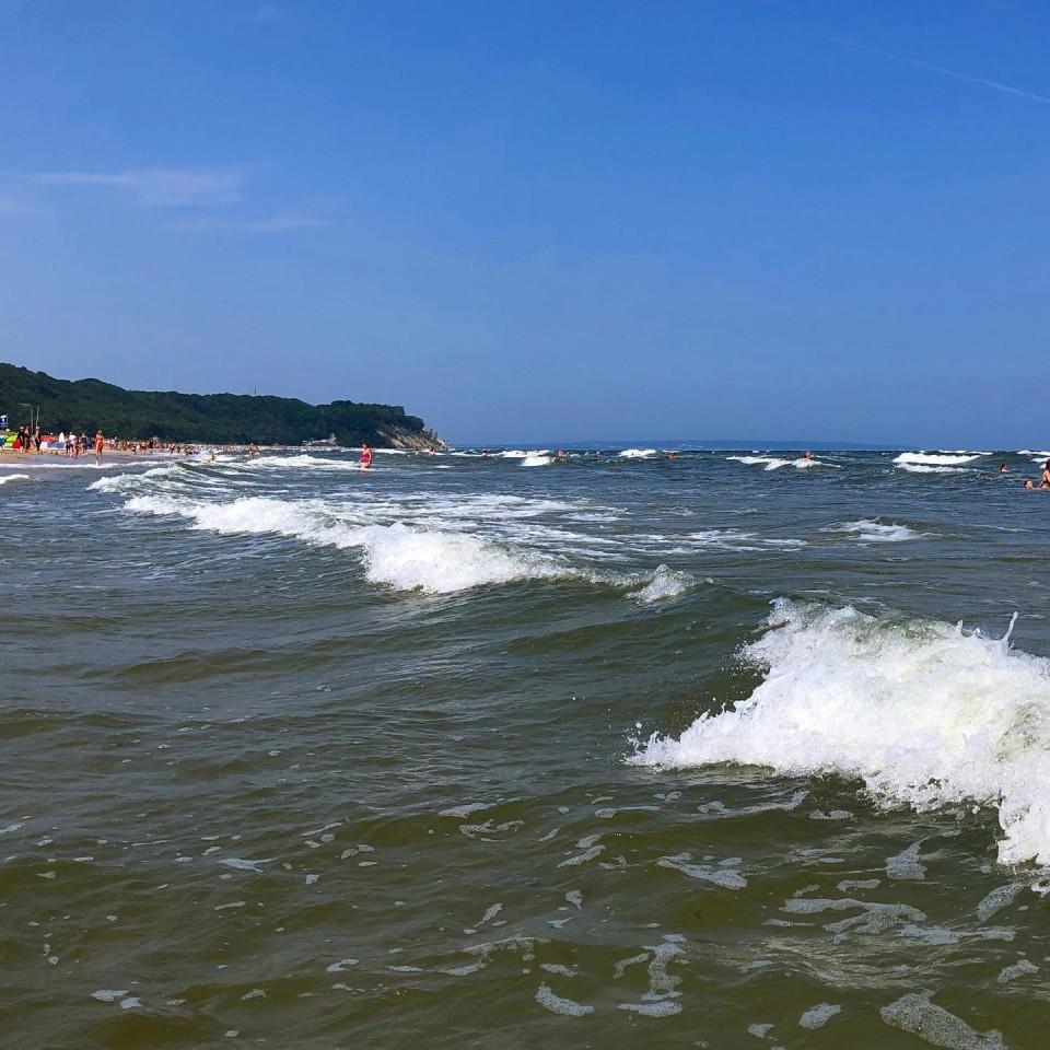 Jetzt eine kurze Erfrischung. Heute bitte aufpassen. Es sind hohe Wellen und starke Unterströmungen. #ostsee #wellen