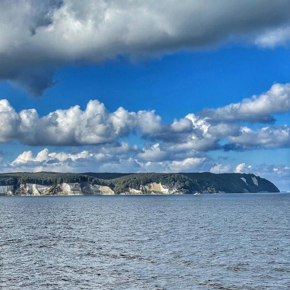 Sonne und Wolken über der KREIDEKÜSTE der Insel Rügen